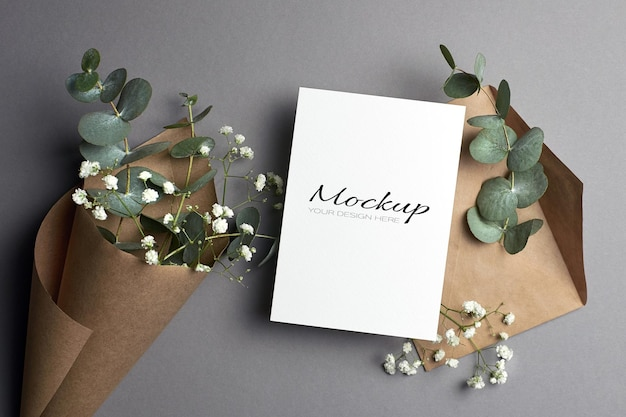 Modello di invito o biglietto di auguri con busta e fiori di eucalipto e hypsophila