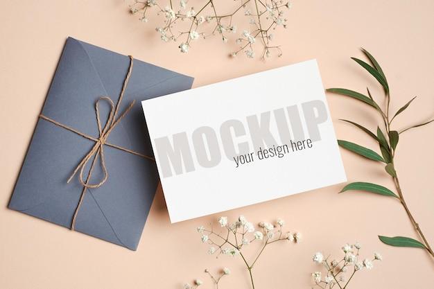 Modello di invito o biglietto di auguri con busta, eucalipto e ramoscelli di hypsophila