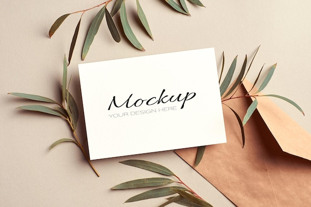 Modello di invito o biglietto di auguri con busta e ramoscelli di eucalipto