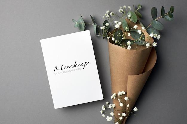 Modello di invito o biglietto di auguri con ramoscelli di eucalipto e ipsofila