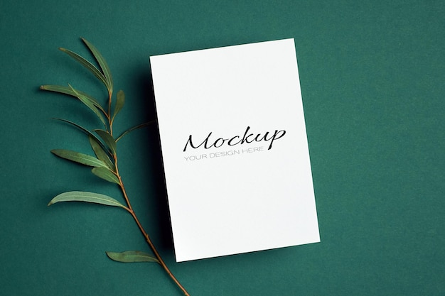 Modello di invito o biglietto di auguri con ramoscello di eucalipto su verde