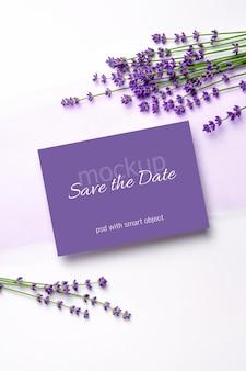 Modello di invito o biglietto di auguri con fiori di lavanda freschi