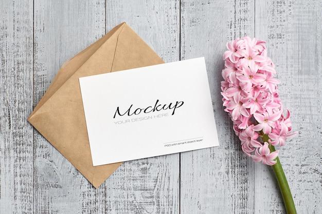 Mockup di invito o biglietto di auguri con fiore di giacinto rosa