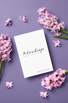 Mockup di invito o biglietto di auguri con fiori di giacinto rosa