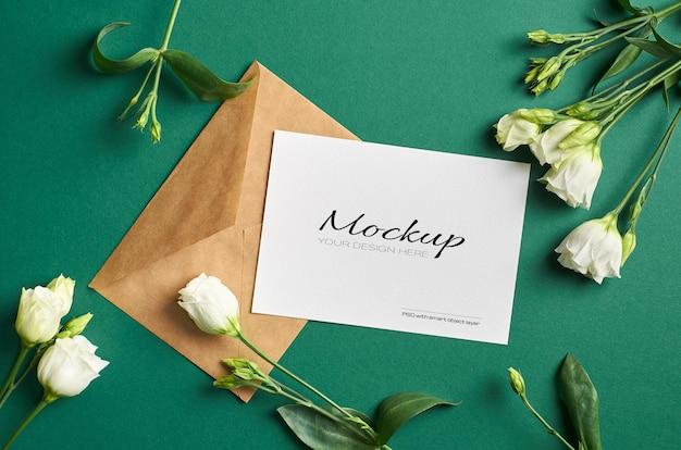 Mockup di invito o biglietto di auguri con fiori bianchi di eustoma