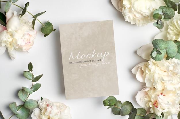 Mockup stazionario di invito o biglietto di auguri con fiori di peonia bianca