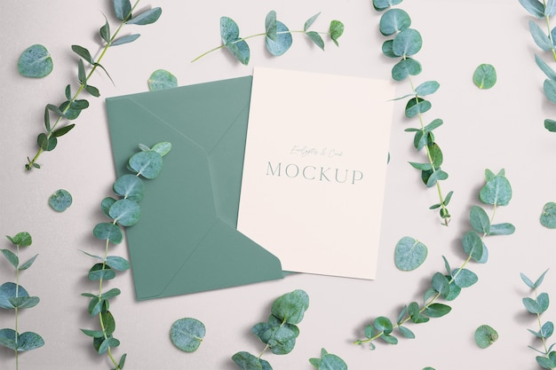 Invita mockup con eucalipto e busta