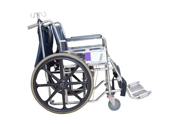 Sedia a rotelle isolata dell'ospedale su priorità bassa bianca