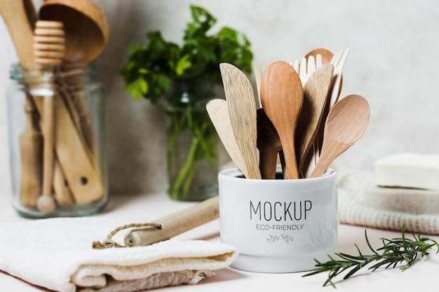 Barattoli con utensili da cucina e ingredienti