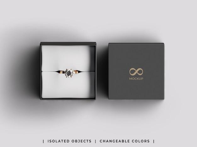 Mockup di confezione regalo di gioielli con anello dorato disteso piatto isolato