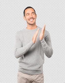 Gentile giovane uomo che applaude gesto