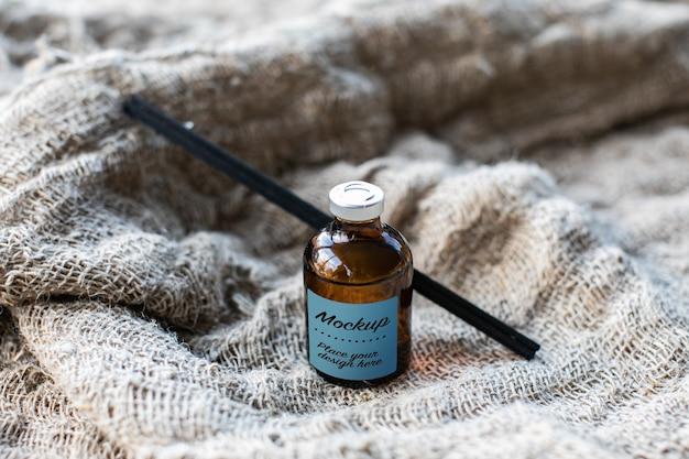 Etichetta mockup del diffusore di aromi della bottiglia di vetro con tappo in metallo con bastoncini di bambù