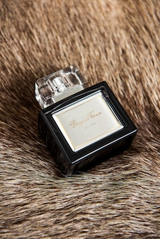 Etichetta mockup png sulla bottiglia di fragranza eau de parfum su una soffice coperta