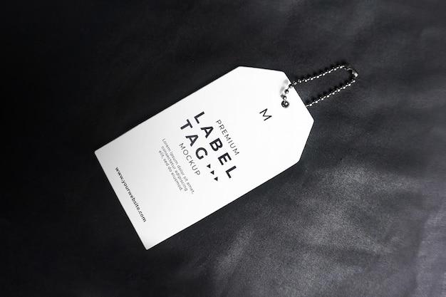 Mockup di etichette per etichette da appendere realistiche bianche