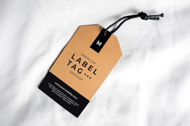 Etichetta mockup appeso marrone nero realistico