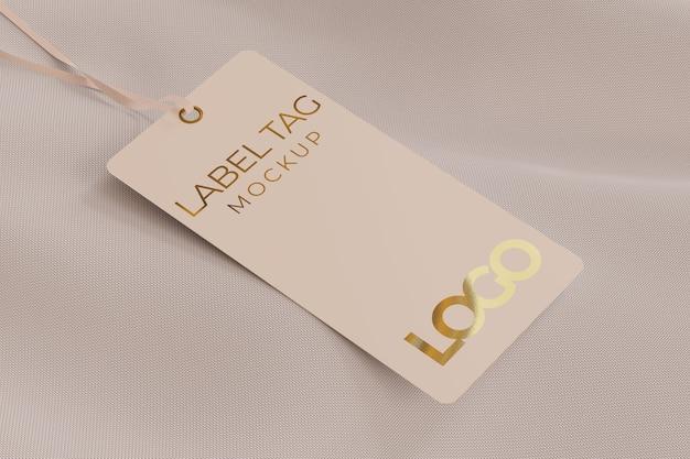 Etichetta mockup di tag sulla parte superiore del tessuto tenuto da una corda