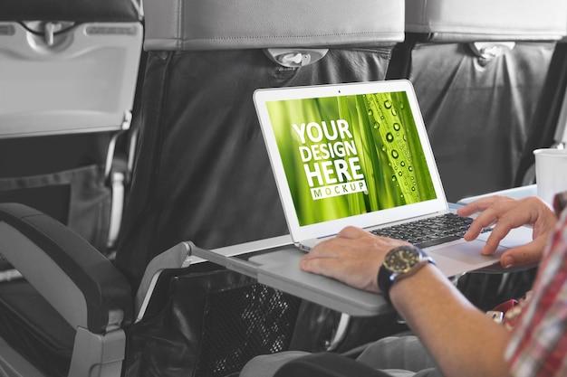 Computer portatile nella schermata del laptop mockup cabina aereo