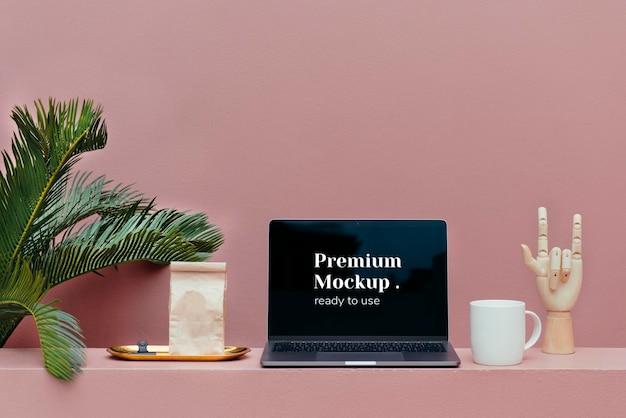 Schermo del laptop con foglie di palma Psd Premium