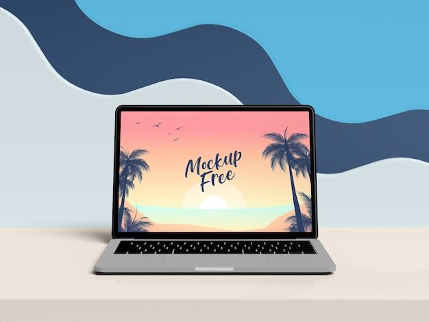 Computer portatile sul concetto di estate della tavola