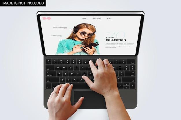 Computer portatile con le mani mockup design