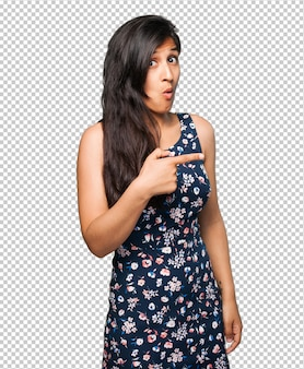 Donna latina che indica lo spazio