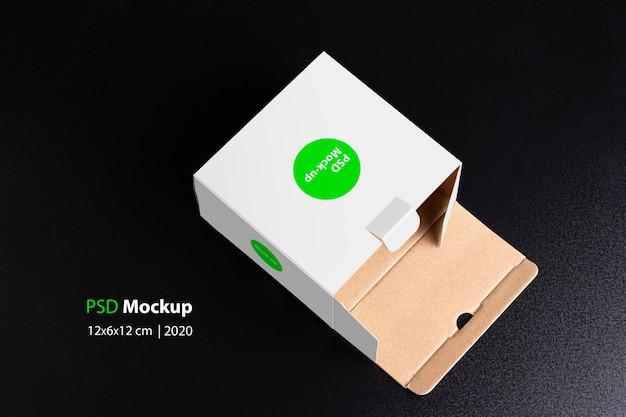 Stendere la scatola bianca cubica su sfondo nero mock-up