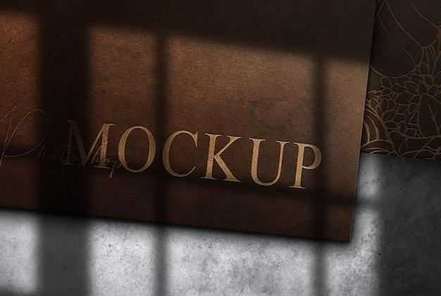 Mockup di documenti in pelle con logo in rilievo