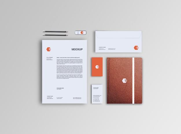 Mockup di carta intestata, busta, biglietti da visita e notebook in pelle
