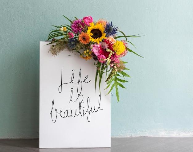 La vita è una bellissima tavola floreale mockup