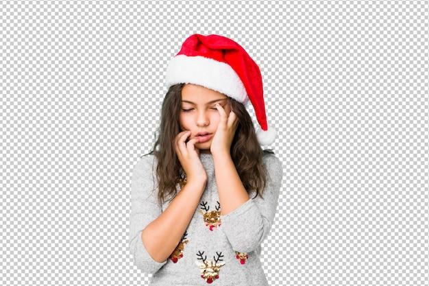 Bambina che celebra il giorno di natale piagnucolando e piangendo sconsolata.