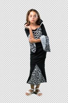 Bambina vestita da vampiro per le feste di halloween infelice e frustrata da qualcosa