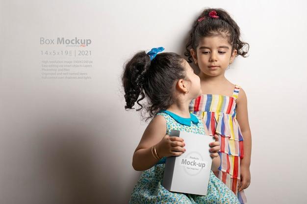 Bambina che tiene una piccola scatola in mano