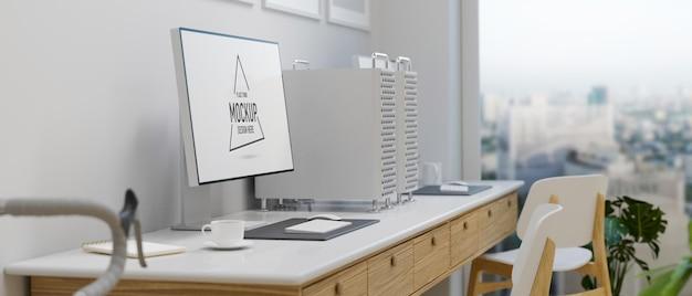 Spazio di lavoro loft con mockup di computer e forniture