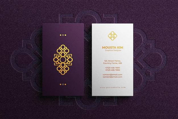 Logo in rilievo sul mockup di biglietti da visita di lusso