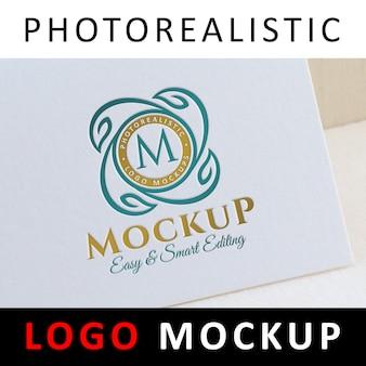 Logo mock up - logo tipografico colorato su carta bianca