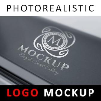 Logo mock up - logo metallico argentato su superficie tech