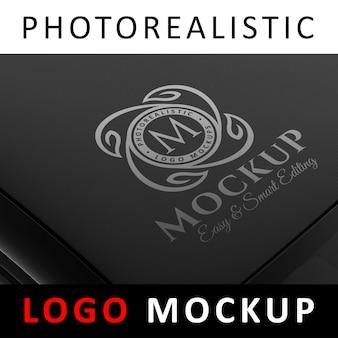 Logo mock up - logo bianco su superficie tech nera