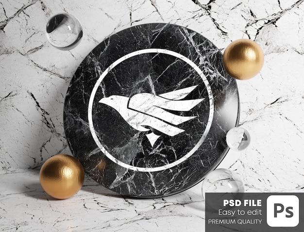 Logo mockup su marmo cilindro nero tra oro e bolle di vetro. sfondo di marmo bianco.