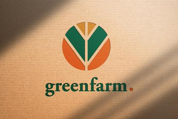 Modello di logo su carta riciclata marrone con ombra. salva il mondo e il concetto di cura