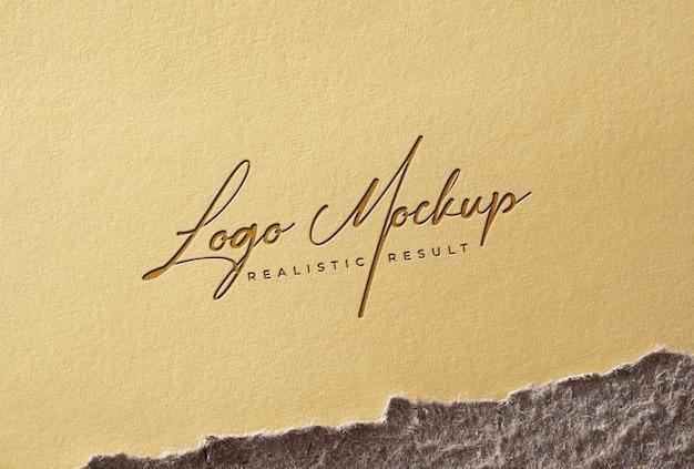 Logo mockup con logo in rilievo su vecchia carta