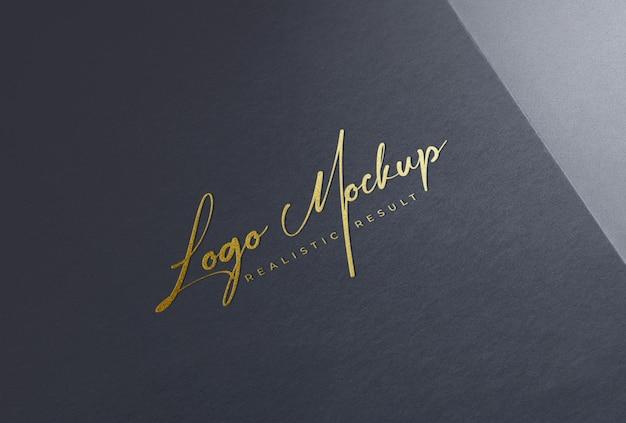 Logo mockup logo in lamina d'oro su carta nera