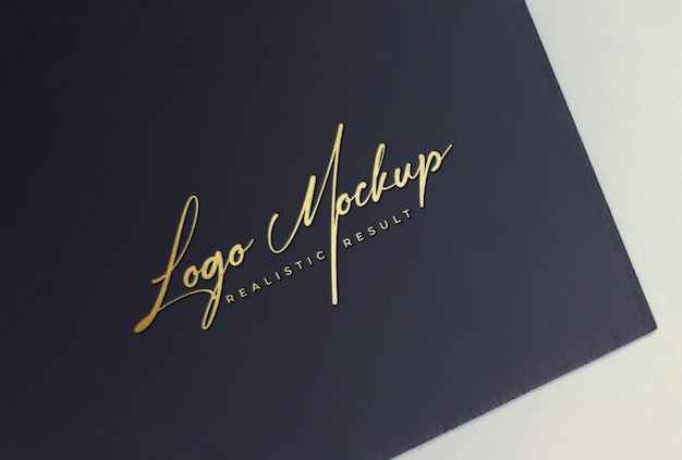 Logo mockup logo stampato in lamina d'oro su carta nera