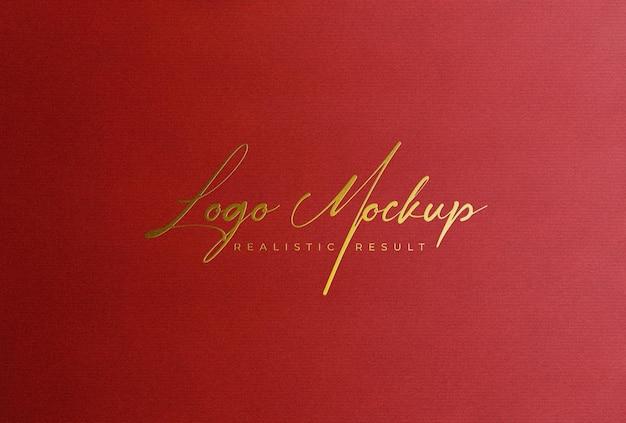 Logo mockup lamina d'oro stampa del logo su carta rossa