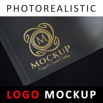 Logo mockup - logo dorato stampato su carta di plastica trasparente