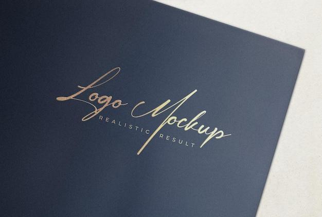 Logo mockup logo stampato dorato su carta nera