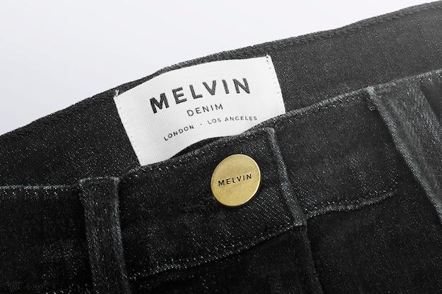 Jeans con etichetta e bottone con etichetta logo mockup