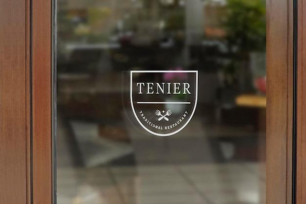 Logo mockup ristorante finestra segno parete in legno Psd Premium