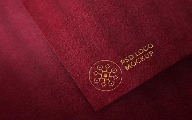 Logo mockup su carta rossa ruvida