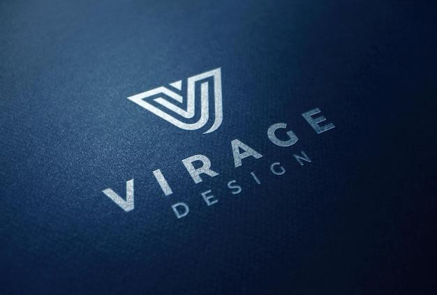 Logo mockup logo bianco su carta blu intenso
