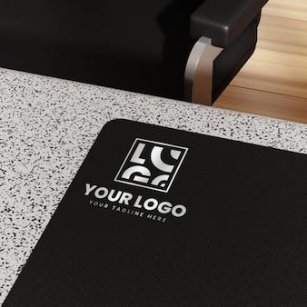 Logo mockup con sedia da ufficio e tavolo